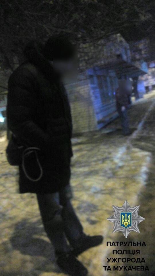 В Ужгороді на автобусній зупинці затримали чоловіків зі зброєю: фото, фото-2