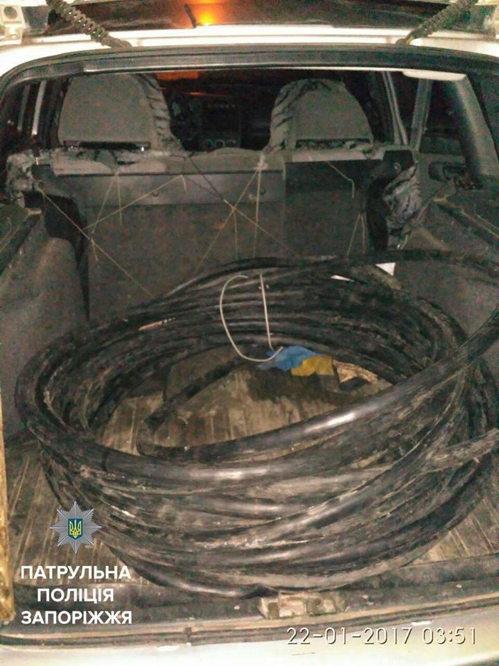 В Запорожье трое мужчин перевозили в багажнике украденный кабель, - ФОТО, фото-2