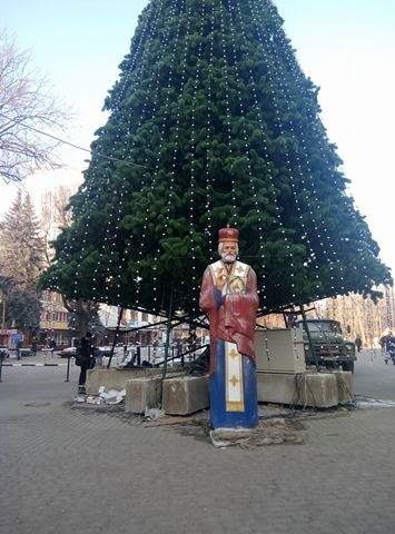 Сьогодні на Вічевому майдані розпочався демонтаж новорічної ялинки (ФОТО), фото-3