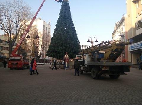 Сьогодні на Вічевому майдані розпочався демонтаж новорічної ялинки (ФОТО), фото-4