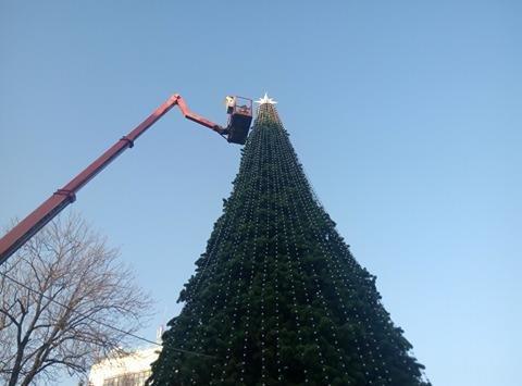 Сьогодні на Вічевому майдані розпочався демонтаж новорічної ялинки (ФОТО), фото-2