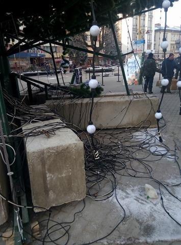 Сьогодні на Вічевому майдані розпочався демонтаж новорічної ялинки (ФОТО), фото-1