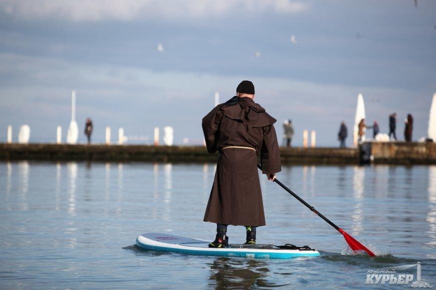 В Одессу на доске по морю приплыл средневековый монах (ФОТО), фото-1