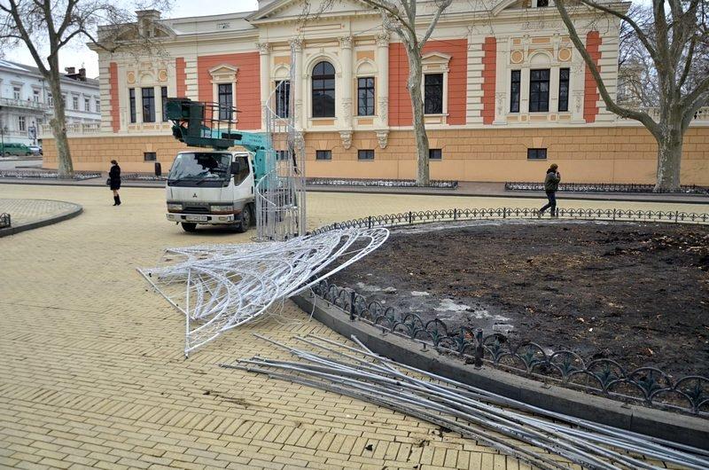 В Одессе убрали главную ёлку (ФОТО), фото-9