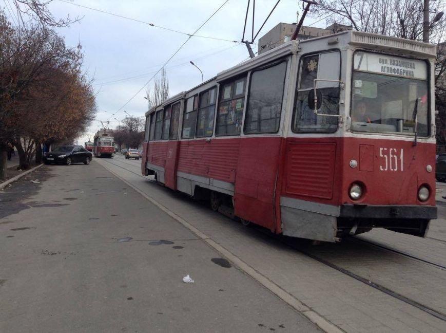 В центре Мариуполя автомобиль заблокировал движение 9 трамваев (ФОТО, ВИДЕО), фото-2