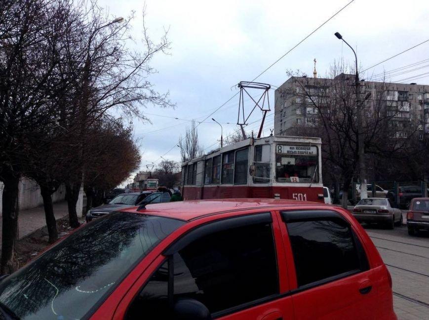 В центре Мариуполя автомобиль заблокировал движение 9 трамваев (ФОТО, ВИДЕО), фото-3