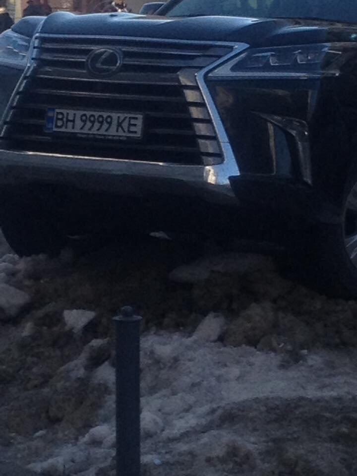 Одессит припарковал Lexus вертикально в сугроб (ФОТО), фото-2