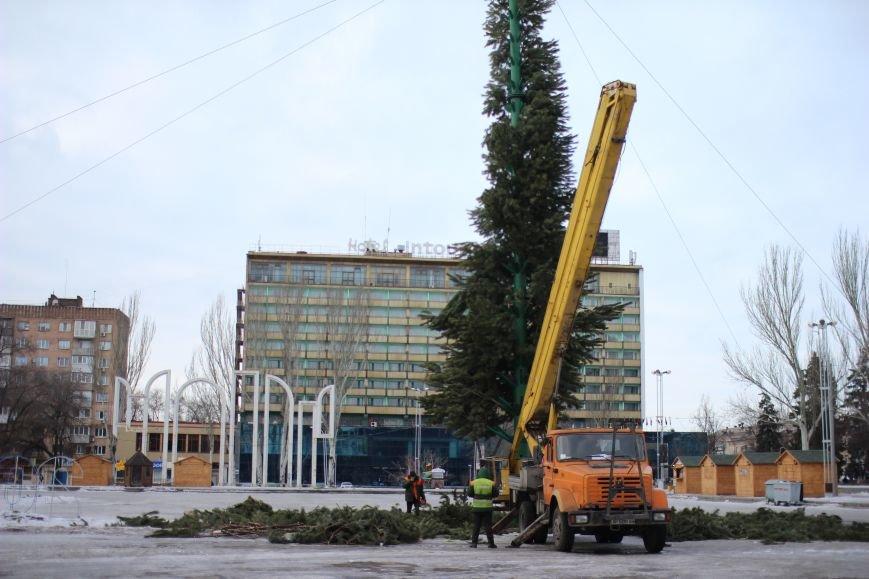 На площади Фестивальной разбирают елку, - ФОТОРЕПОРТАЖ, фото-1