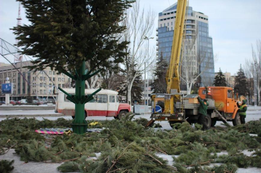 На площади Фестивальной разбирают елку, - ФОТОРЕПОРТАЖ, фото-3