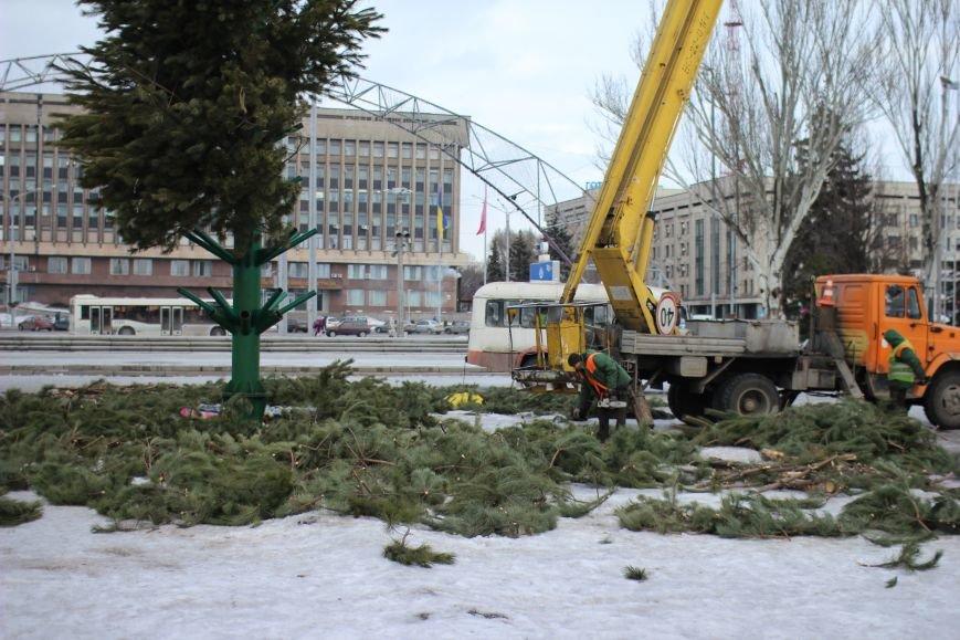 На площади Фестивальной разбирают елку, - ФОТОРЕПОРТАЖ, фото-2