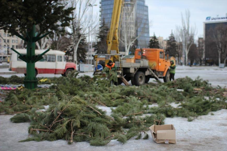 На площади Фестивальной разбирают елку, - ФОТОРЕПОРТАЖ, фото-4