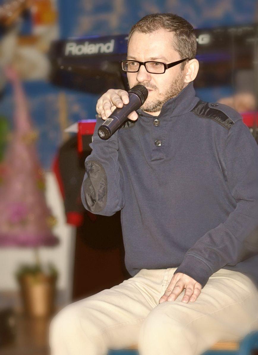Щеплення скалічило йому життя, а він співає, фото-2