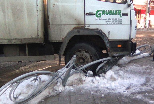 На Буковині водій вантажівки ледь не збив пішоходів на тротуарі, фото-1