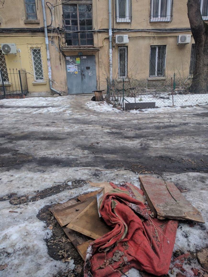 Ты удивишься: Одесские дворники установили самую странную крышку от люка (ФОТО), фото-2