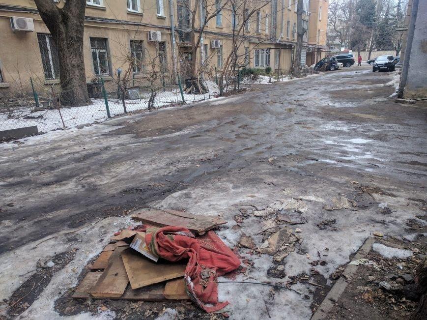 Ты удивишься: Одесские дворники установили самую странную крышку от люка (ФОТО), фото-4