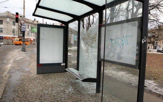 В Одессе на Молдаванке вандалы разбили вдребезги новую остановку (ФОТО), фото-1