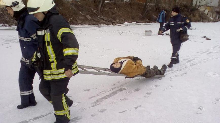 В Запорожье на льду рыбак сломал ногу, - ФОТО, фото-1