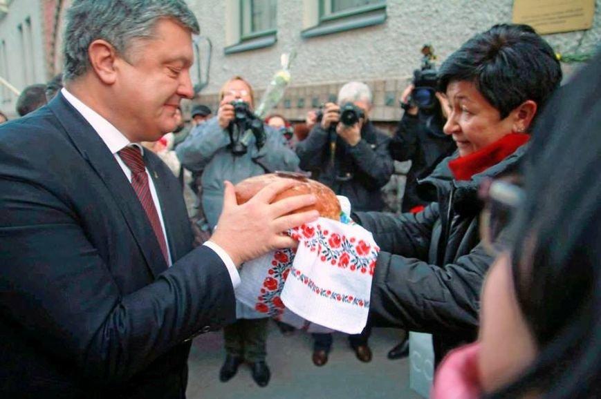 Херсонка в Финляндии испекла и вручила хлеб Президенту Украины (фото, видео), фото-1