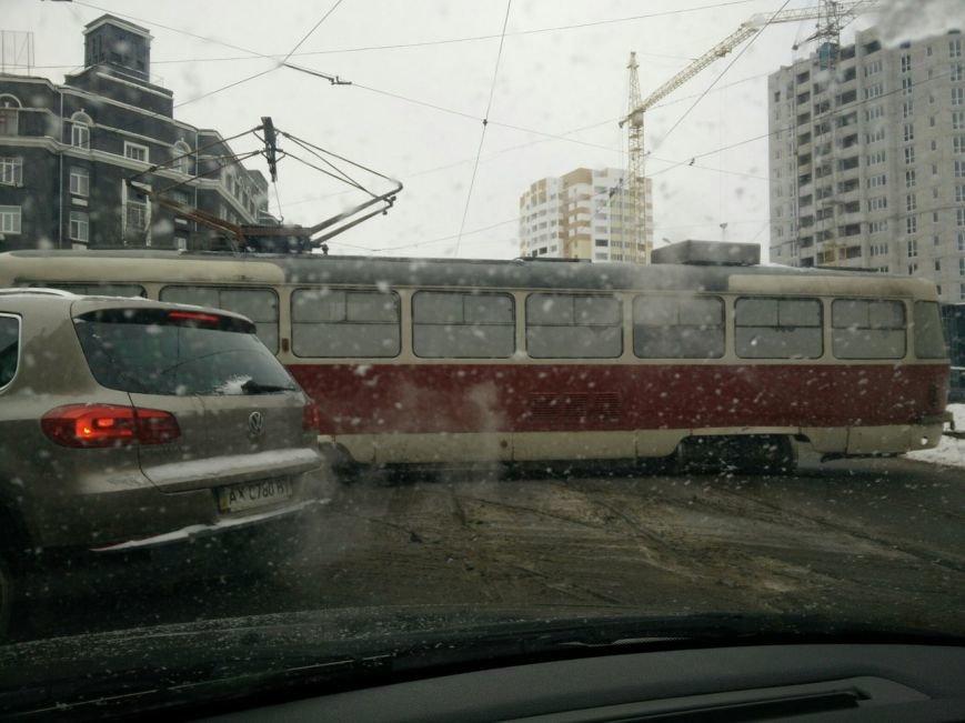 """Трамвайный """"дрифт"""" на улице Молочной. Вагон сошел с рельсов и перекрыл движение (ФОТО), фото-3"""
