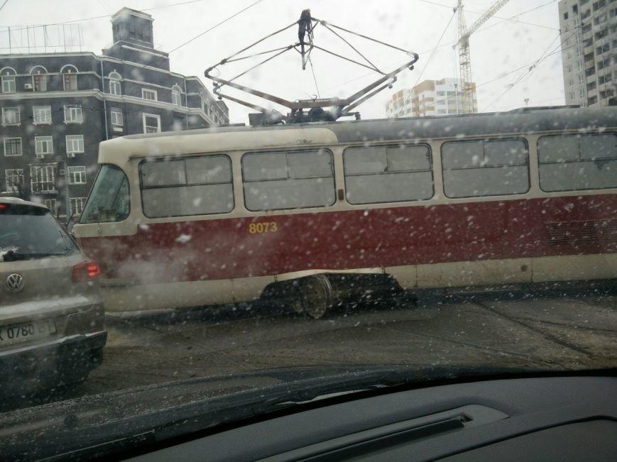 """Трамвайный """"дрифт"""" на улице Молочной. Вагон сошел с рельсов и перекрыл движение (ФОТО), фото-2"""