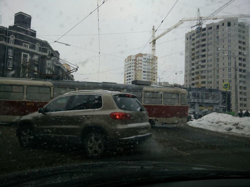 """Трамвайный """"дрифт"""" на улице Молочной. Вагон сошел с рельсов и перекрыл движение (ФОТО), фото-4"""