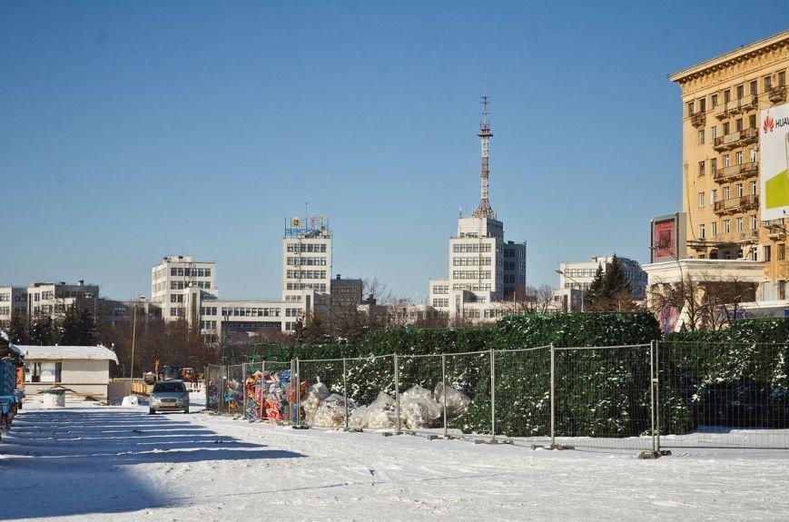 На площади Свободы начали разбирать новогоднюю елку (ФОТО), фото-1