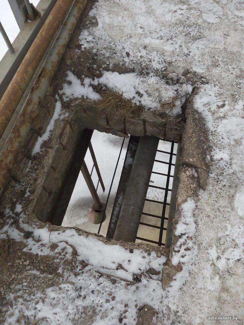 В Полоцке на пешеходной части моста люк остался без крышки. Люди боятся провалиться. ФОТОФАКТ, фото-1