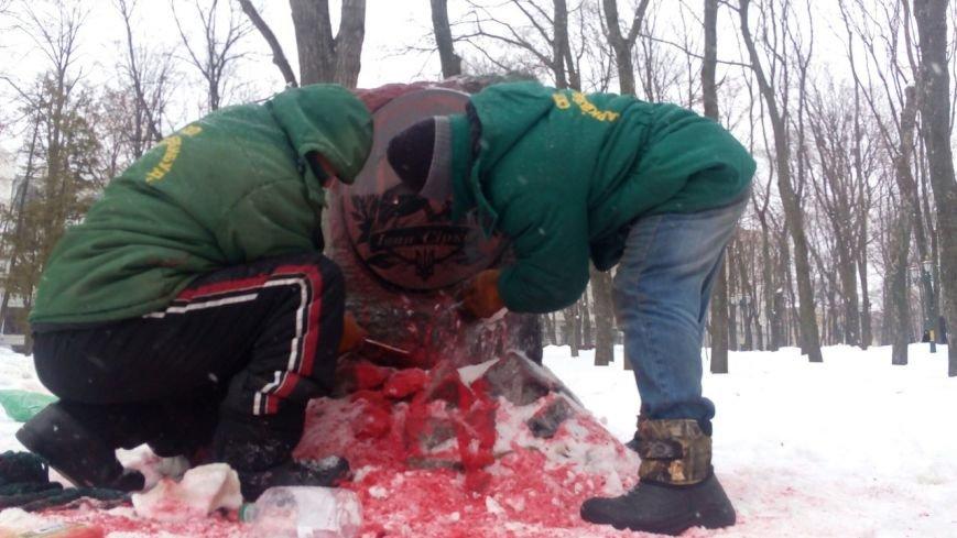 В Харькове облили краской памятник атаману Ивану Сирко (ФОТО), фото-1
