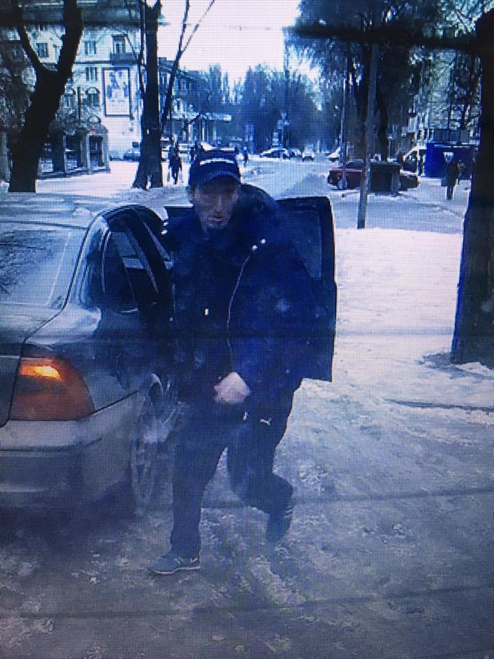 В центре Запорожья среди бела дня преследовали мужчину, а потом избили его и ограбили, - ФОТО, ВИДЕО, фото-2
