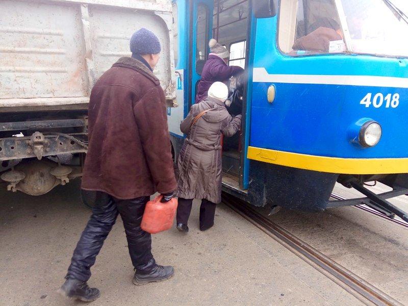 Одесситам зайти в трамвай мешал автохам на ЗиЛе (ФОТО), фото-3
