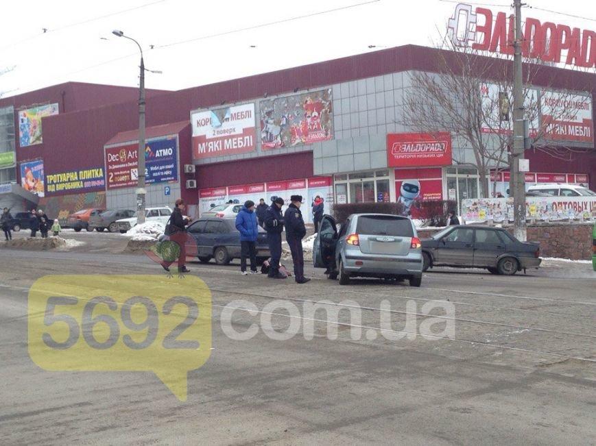 """В Каменском произошло ДТП возле """"Эльдорадо"""": один из его участников скрылся, оставив бампер с номером, фото-3"""