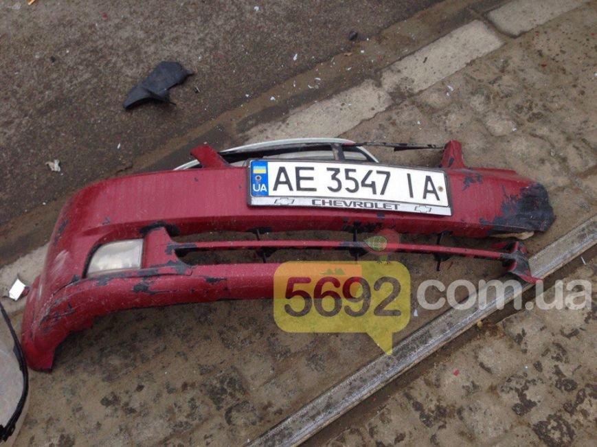 """В Каменском произошло ДТП возле """"Эльдорадо"""": один из его участников скрылся, оставив бампер с номером, фото-1"""