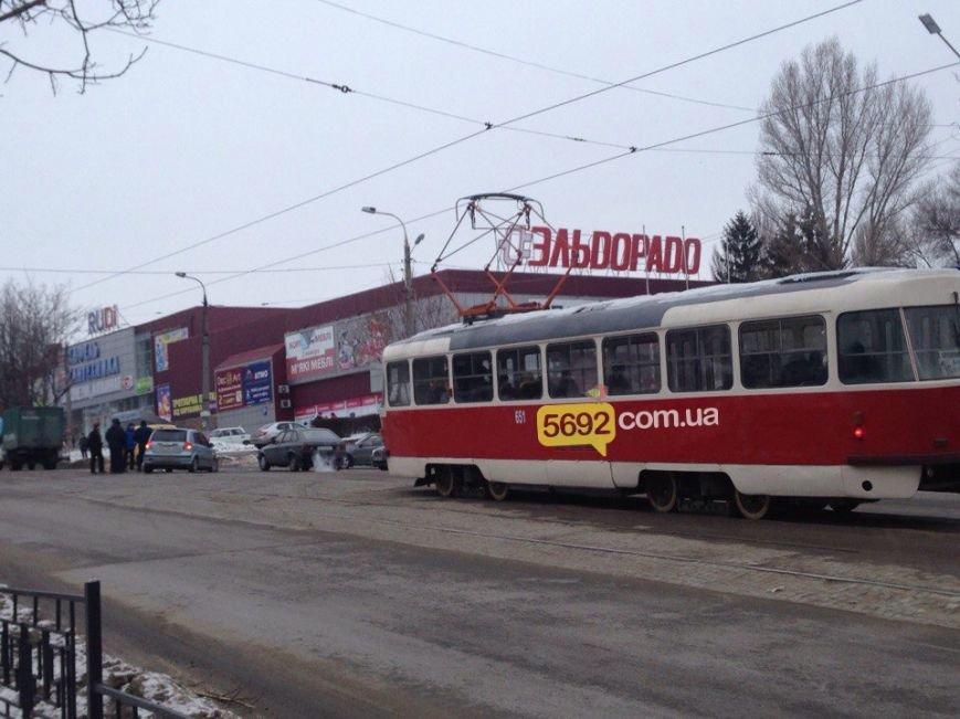 """В Каменском произошло ДТП возле """"Эльдорадо"""": один из его участников скрылся, оставив бампер с номером, фото-4"""