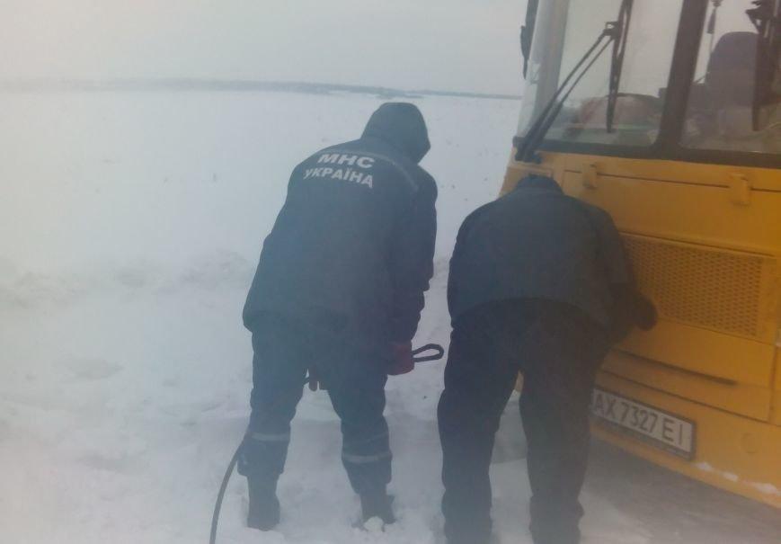 Харьковские спасатели освободили из снега автобус с детьми (ФОТО), фото-1