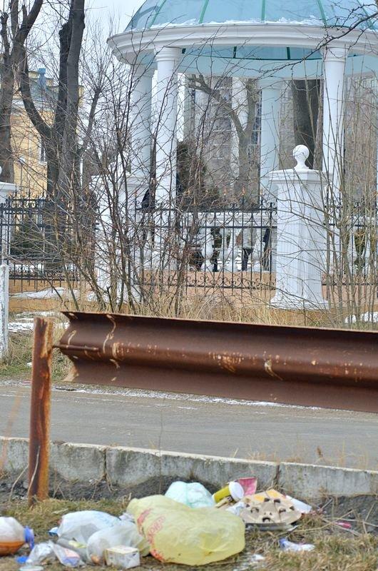 В одесской Аркадии бомжи «укрепляют» склоны мусором (ФОТО), фото-23