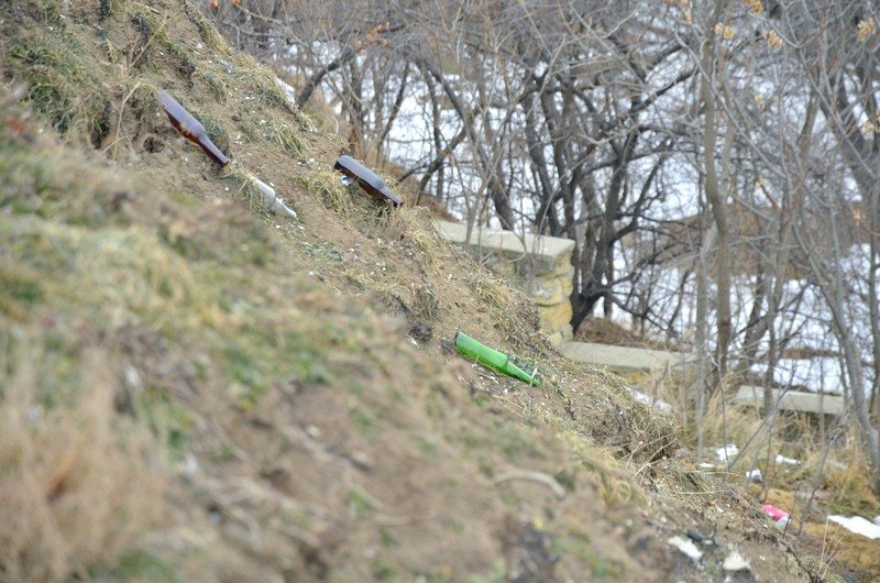В одесской Аркадии бомжи «укрепляют» склоны мусором (ФОТО), фото-13