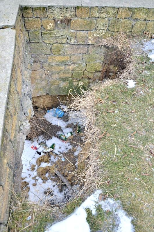 В одесской Аркадии бомжи «укрепляют» склоны мусором (ФОТО), фото-22