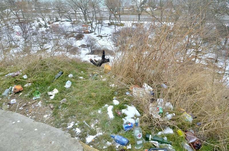 В одесской Аркадии бомжи «укрепляют» склоны мусором (ФОТО), фото-2