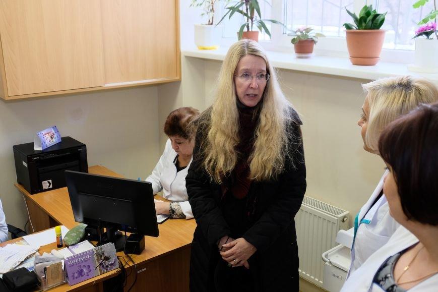 3 ... поспілкувалася з лікарями.