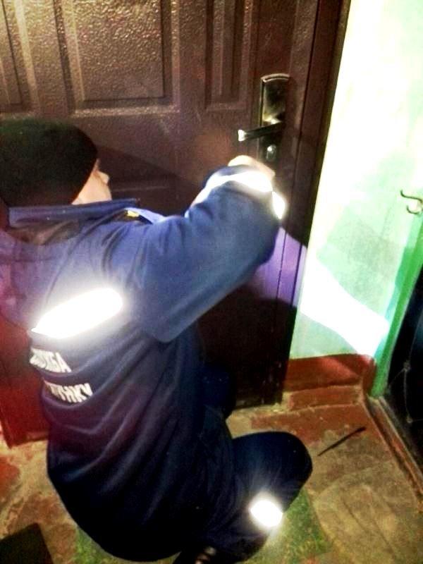 В Херсоне спасатели вскрыли дверь квартиры, в которой находился пенсионер с инсультом, фото-1