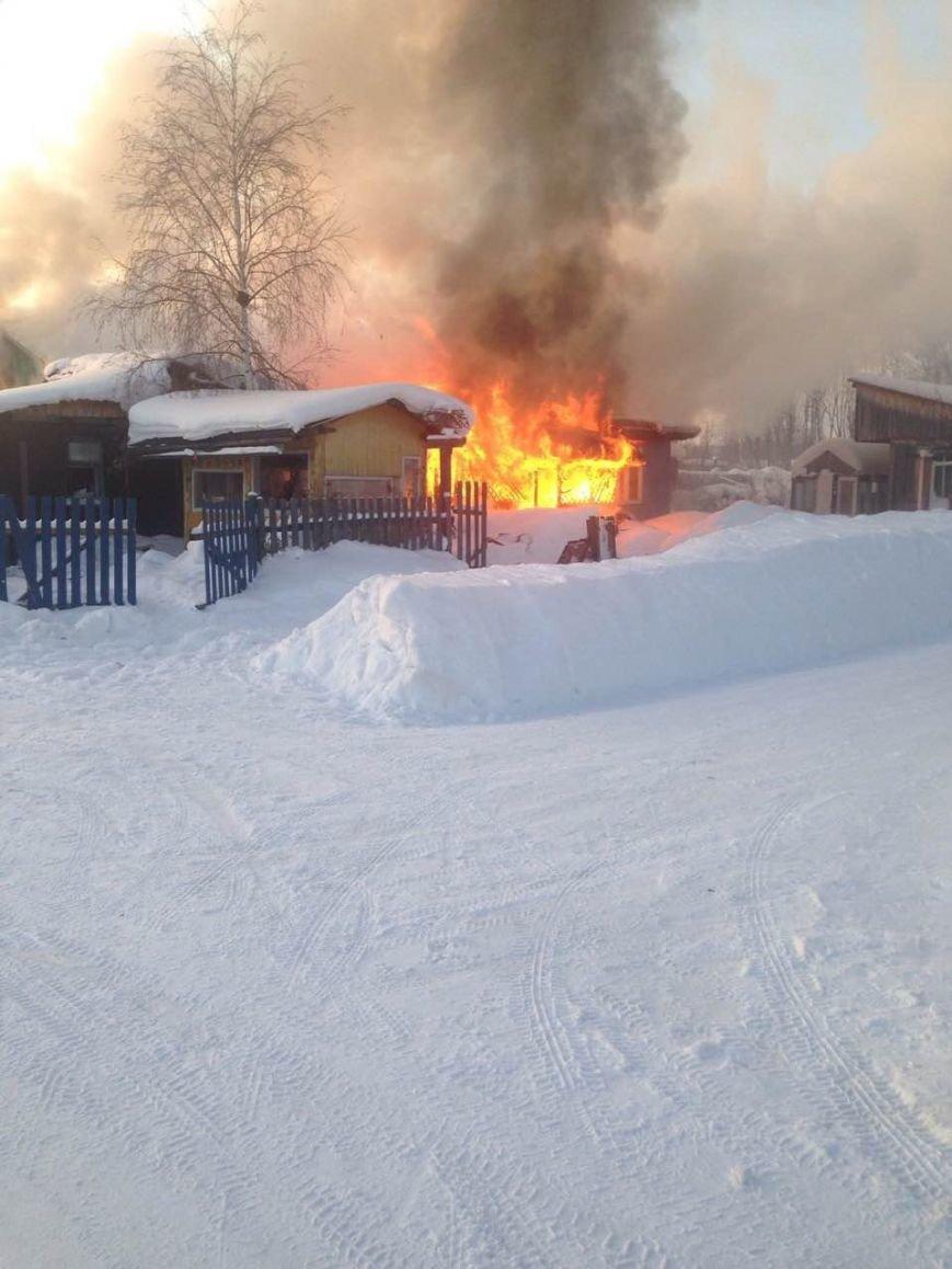 В Нижневартовске по очереди горели дома поселка Мостоотряд-69, фото-1