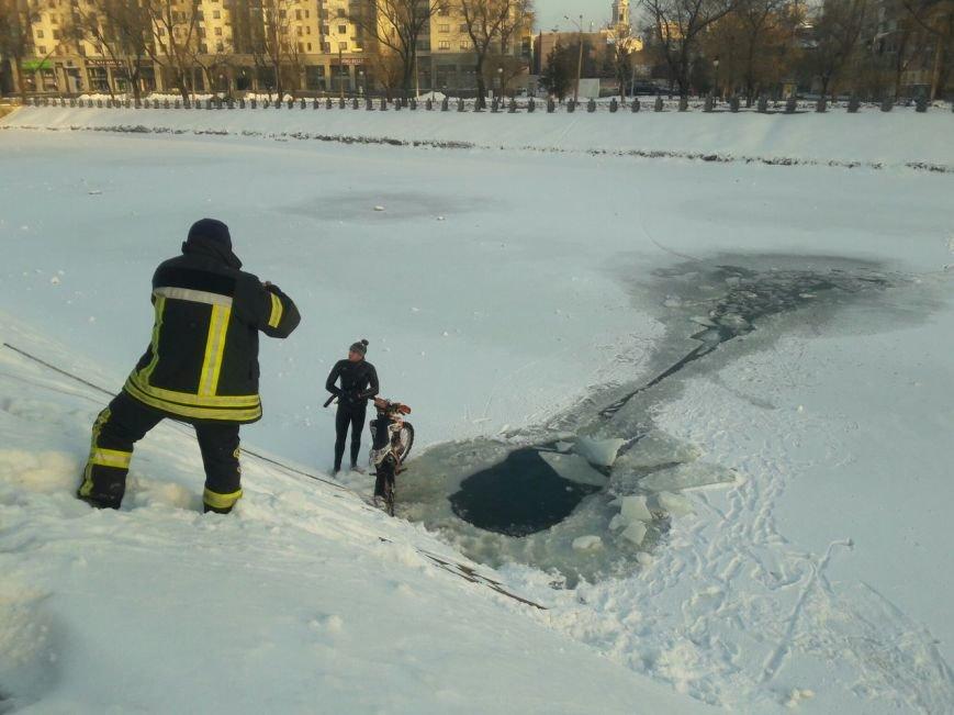 На набережной в центре Харькова мотоциклист прыгнул в реку (ФОТО), фото-2