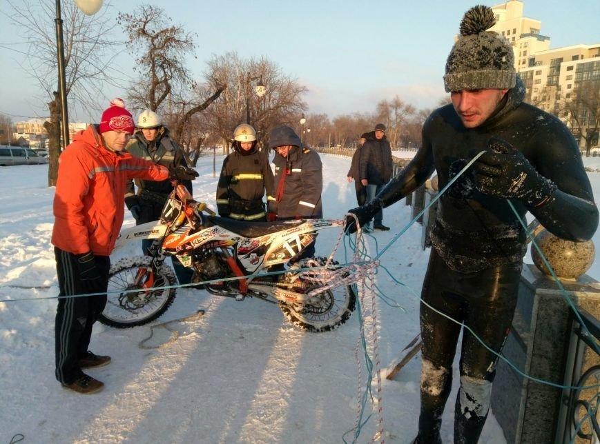 На набережной в центре Харькова мотоциклист прыгнул в реку (ФОТО), фото-1
