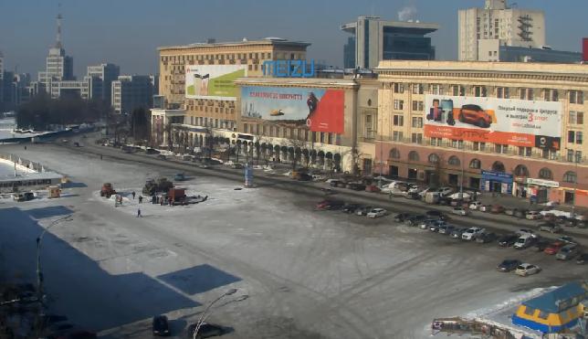 """На площади Свободы коммунальщики счищают """"новогодний"""" снег (ФОТО), фото-1"""