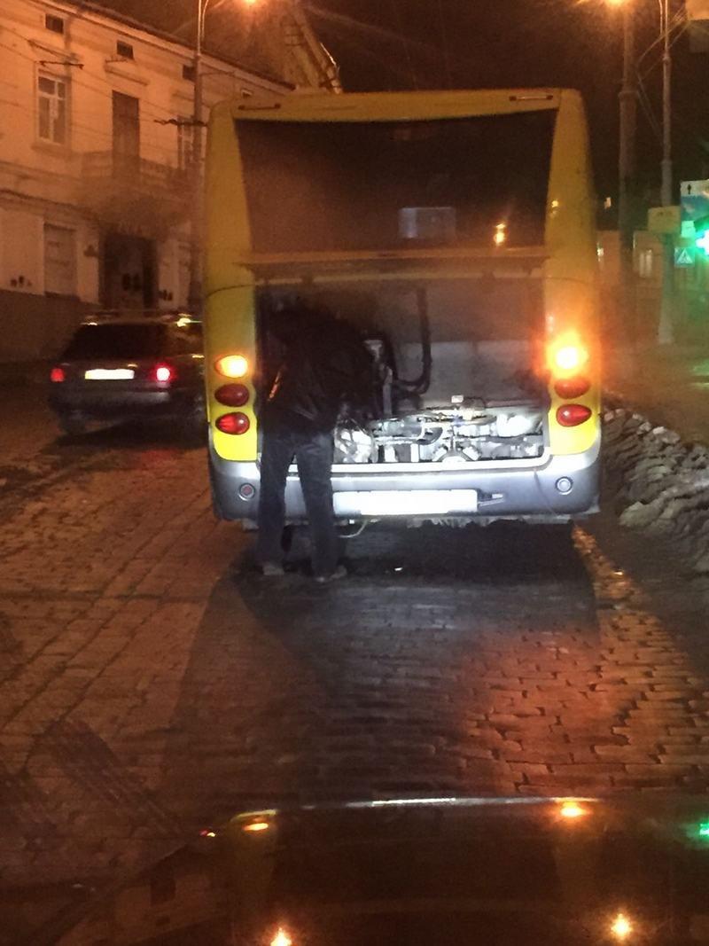 У Чернівцях автобус зламався  на підйомі посеред вулиці (ФОТО), фото-1