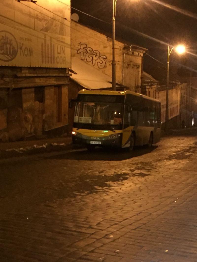 У Чернівцях автобус зламався  на підйомі посеред вулиці (ФОТО), фото-2