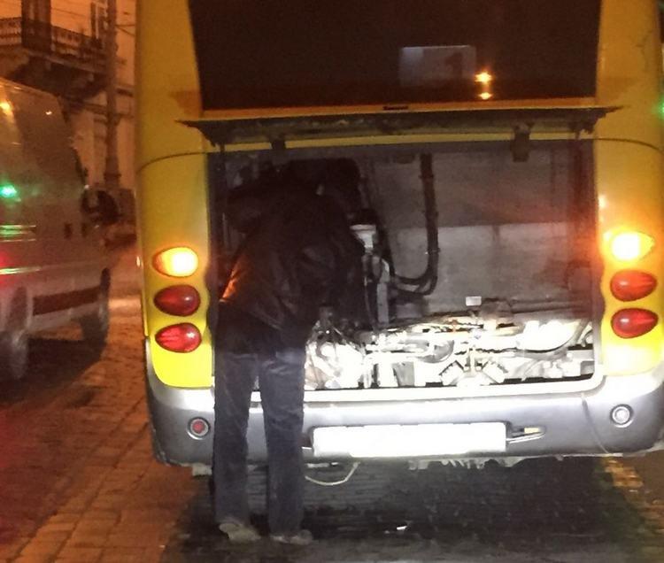 У Чернівцях автобус зламався  на підйомі посеред вулиці (ФОТО), фото-3