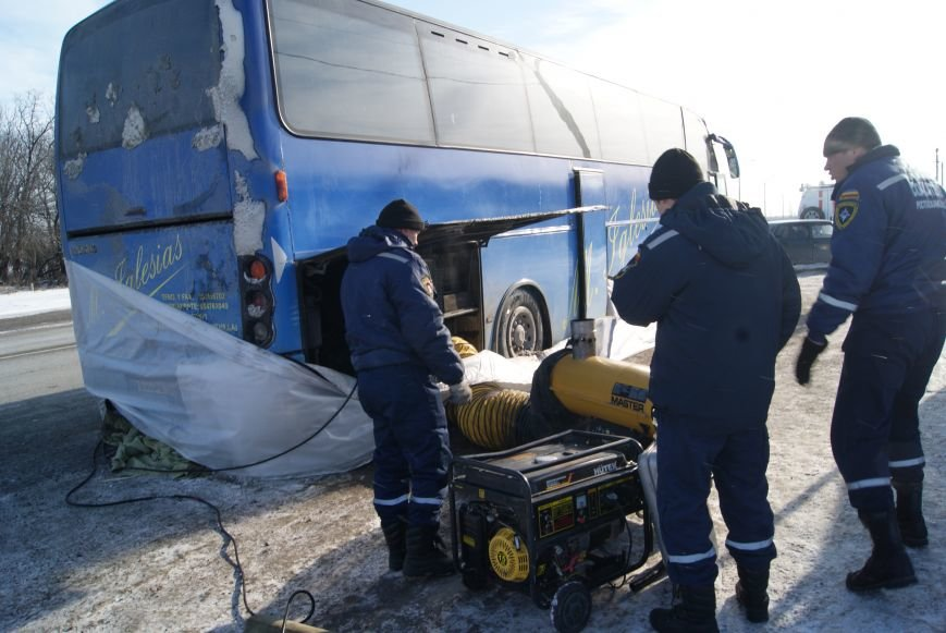 Новошахтинские спасатели пришли на помощь пассажирам перемёрзшего автобуса, фото-1