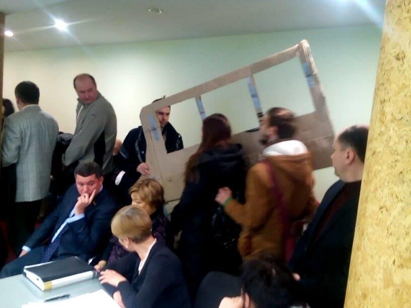 """Херсонцы в зале, где проходит заседание исполкома, находятся в """"кабине троллейбуса"""", фото-1"""