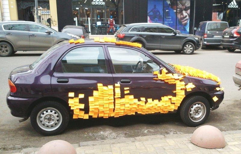 В центре Одессы шутник обклеил машину офисными стикерами (ФОТО), фото-1